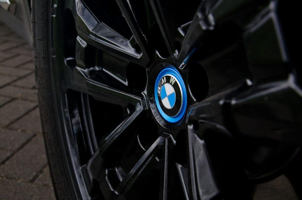 BMW iX3 velg, zwarte velg, centraal BMW logo, blauwe rand