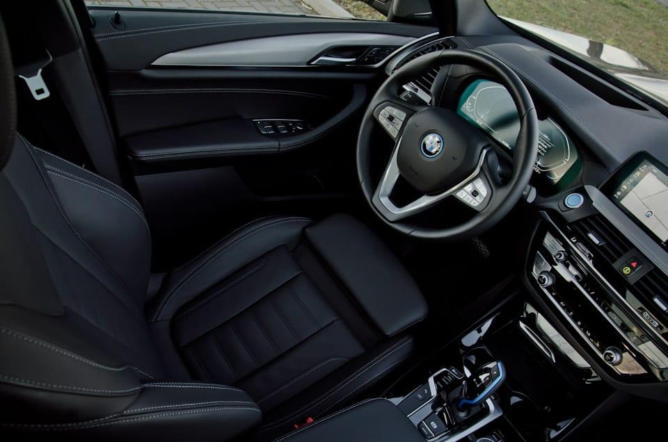BMW interieur, bestuurdersstoel, stuurwiel, start-stopknop,