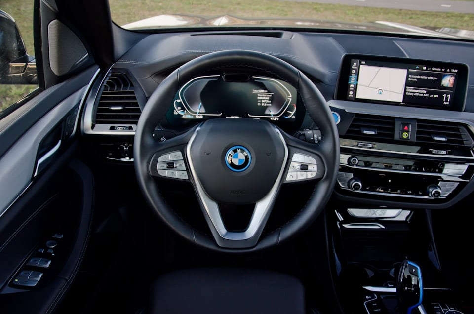 Stuurwiel BMW, BMW logo met blauwe rand, POV bestuurder BMW iX3