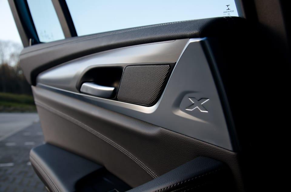 BMW X, handgreep binnenzijde, achterdeur BMW iX3, Harman Kardon geluidssysteem