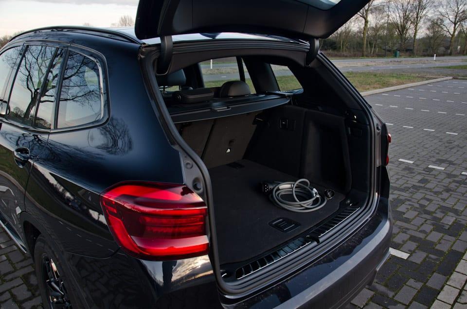 Kofferbak BMW iX3, laadkabel, achterlicht, parkeerplaats