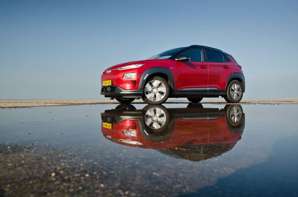 Voor/zijkant Hyundai KONA Electric, weerspiegeling waterplas, brouwersdam