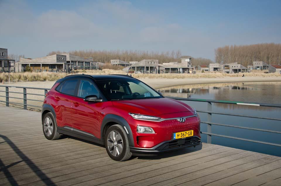 Voor/zijkant zijaanzicht Hyundai KONA Electric EV, op steiger, Werelds aan het Strand