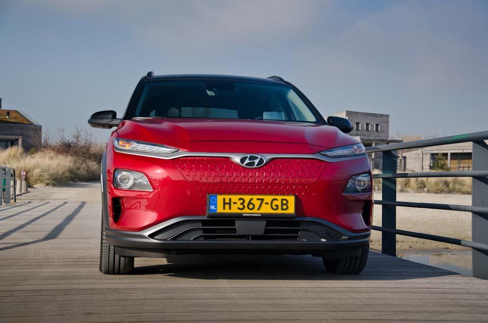 Voorkant vooraanzicht Hyundai KONA Electric EV, op steiger, Werelds aan het Strand