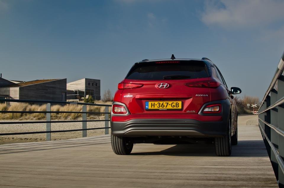 Achterkant, achteraanzicht Hyundai KONA Electric EV, op steiger, Werelds aan het Strand