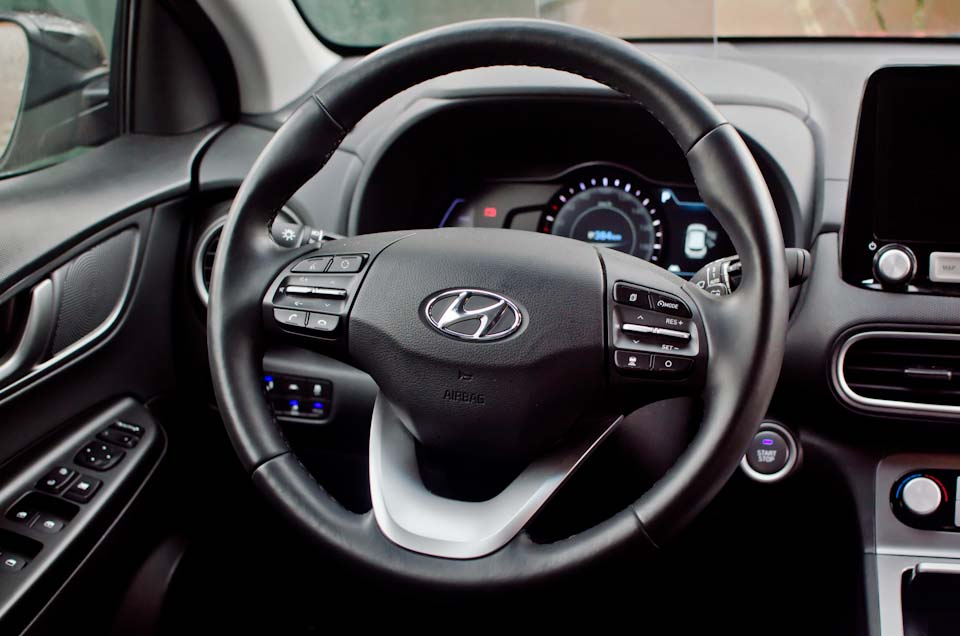 Stuurwiel, Hyundai logo, knopjes in interieur