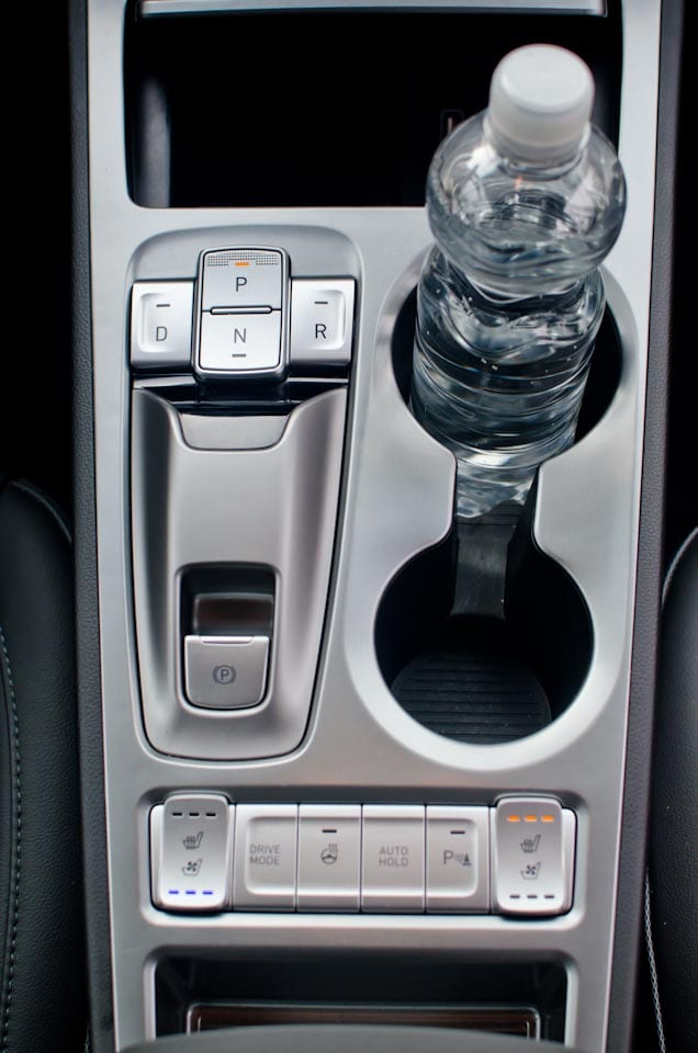 Middenconsole Hyundai KONA Electric, bekerhouders, flesje water, automaat knoppen, e-brake, drive mode, stoelverwarming, stoelventilatie, parkeersensoren