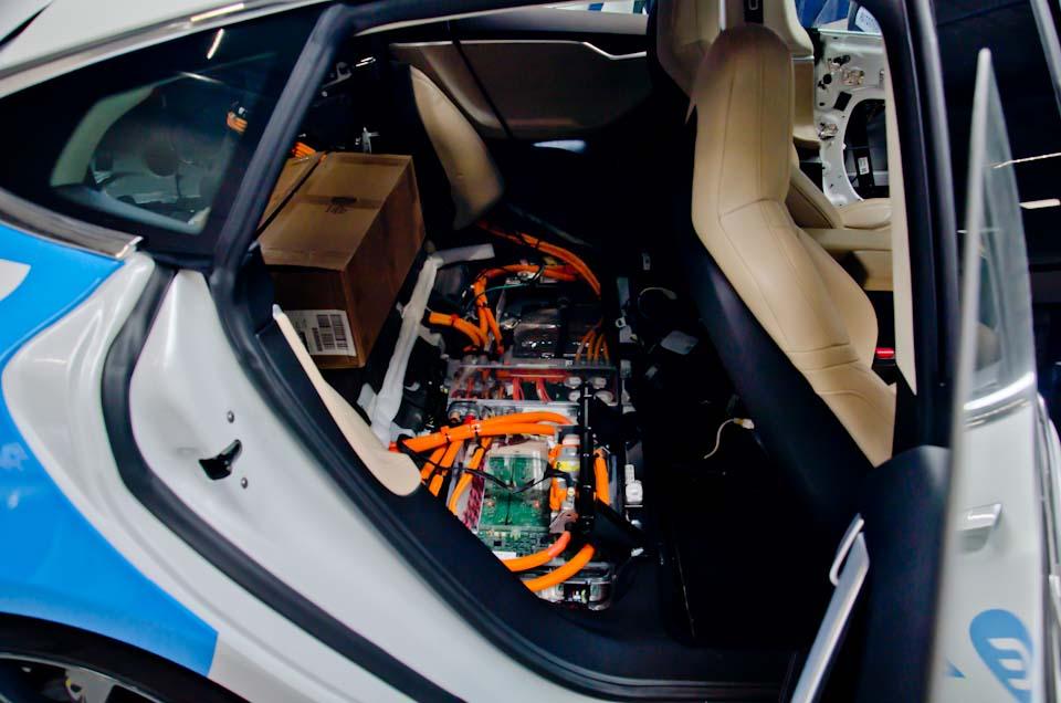 Het accupakket van een Tesla Model S zonder achterbank