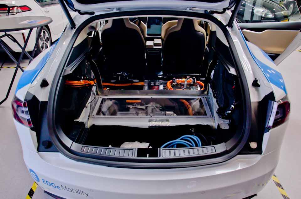 Gestripte Tesla Model S zonder achterbank, accupakket en overbrenging zichtbaar gemaakt, door EDGe Mobility