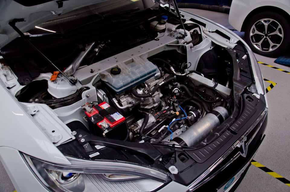 Gestripte Tesla Model S, de elektromotor is goed zichtbaar gemaakt, door het drukvat van de luchtvering verder naar voren te plaatsen