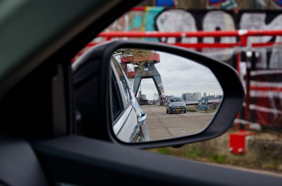 rechter buitenspiegel met weergave grijze auto
