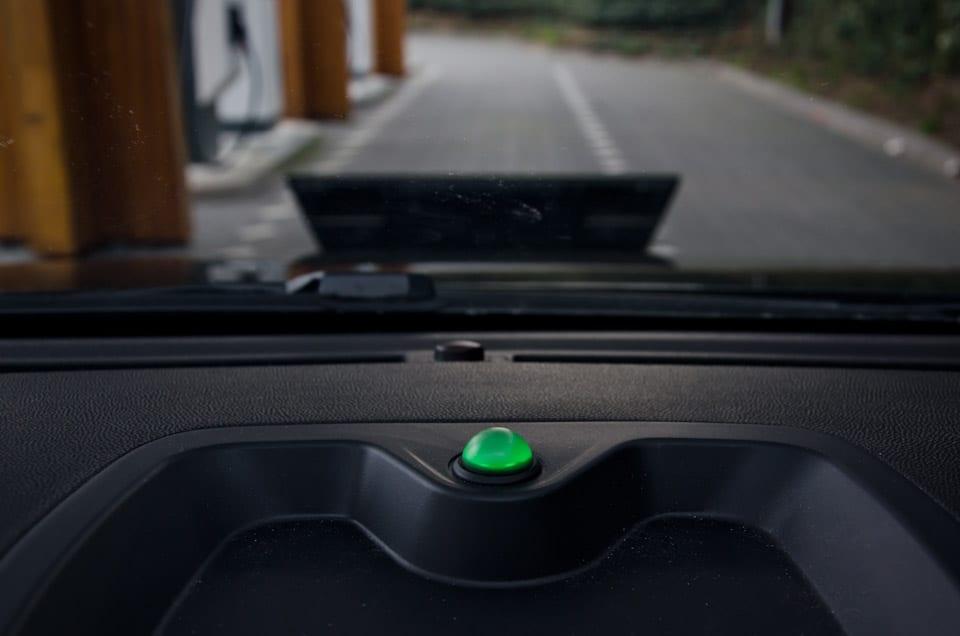 groen bolletje op dashboard geeft aan dat hij aan het opladen is