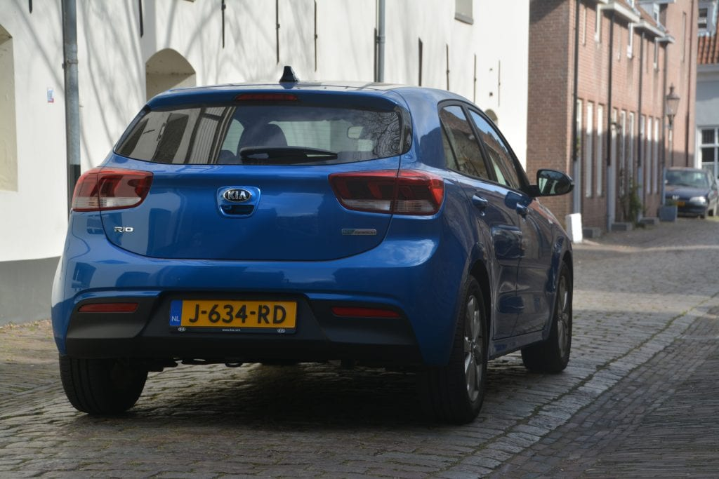 achterkant blauwe Kia Rio