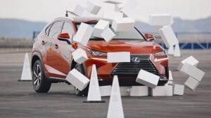 Lexus afleiden in het verkeer