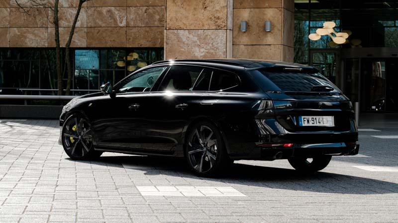 zijkant achterkant van zwarte Peugeot 508 SW PSE