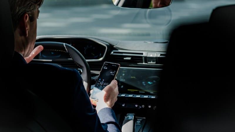 man met Samsung telefoon in handen in de auto