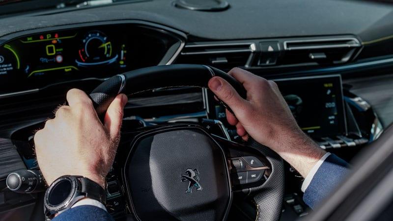 dashboard met man achter het stuur met Samsung smartwatch om
