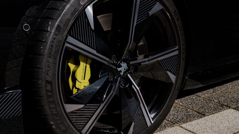 20 inch lichtmetalen velg met krytonite kleurige remklauw op zwarte Peugeot 508 SW PSE