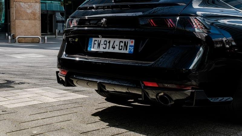 achterkant zwarte Peugeot 508 SW PSE  met Franse kentekenplaat