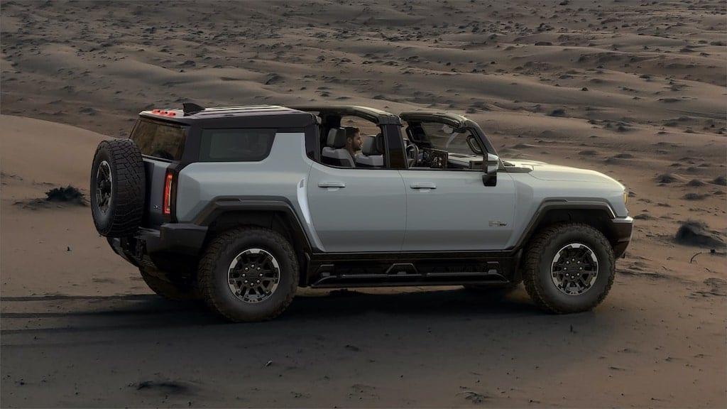 HUMMER SUV met targa dak er af in de woestijn
