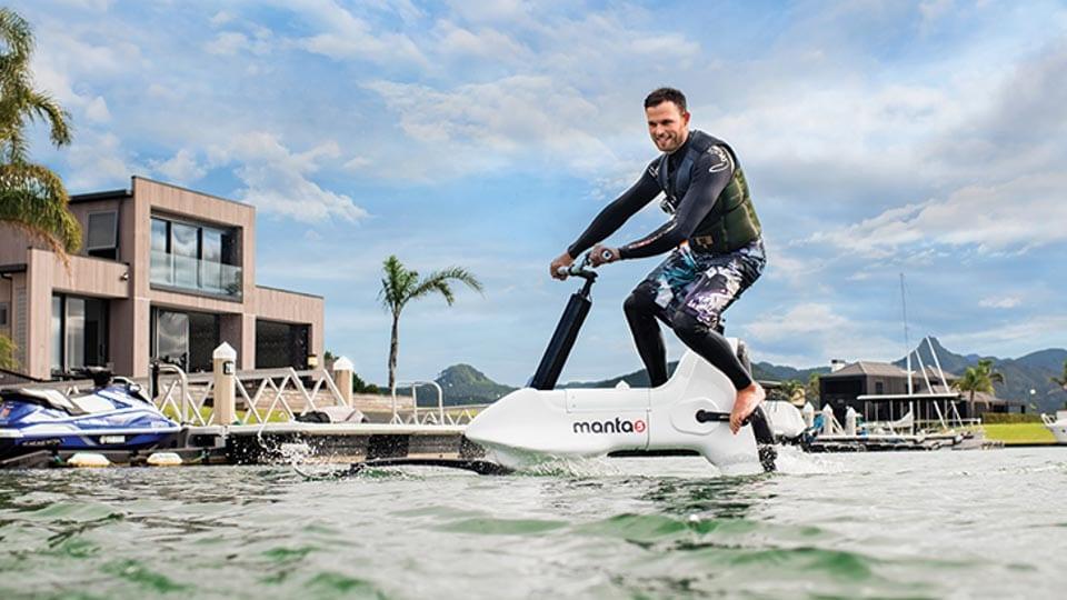 Man op elektrische waterfiets Manta5 Hydrofoil