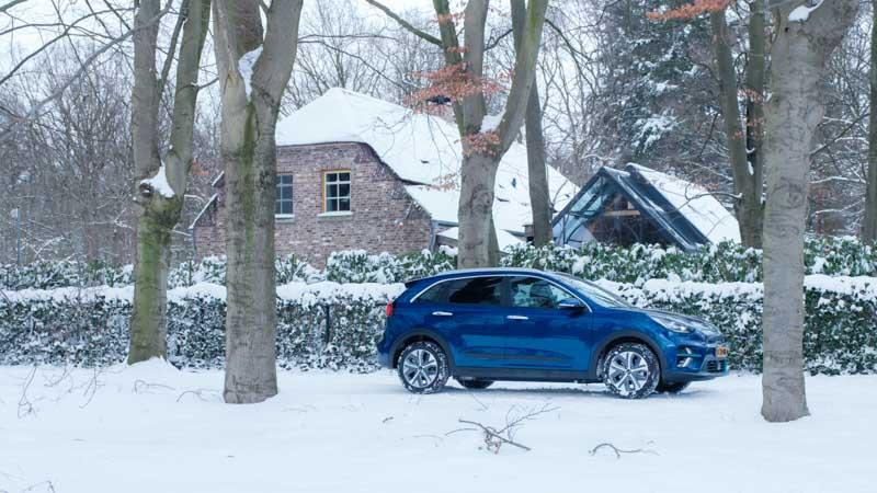 Blauwe Kia e-Niro in de sneeuw