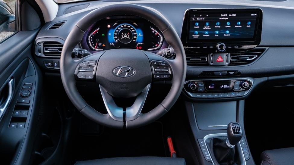 2021 Hyundai i30 stuurwiel en dashboard gezien vanaf bestuurder