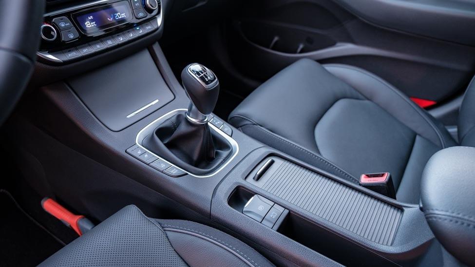 2021 Hyundai i30 middenconsole met schakelpook en knop voor elektrische handrem