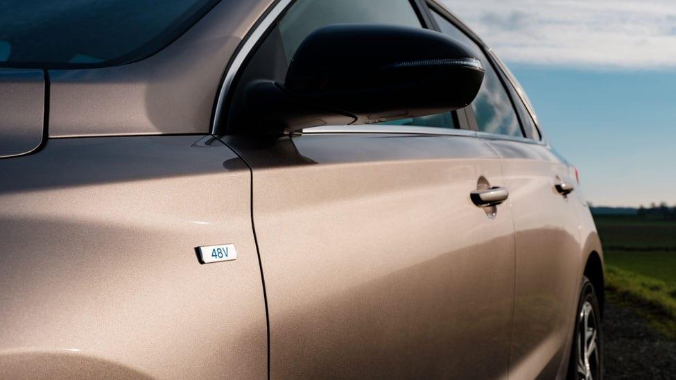 2021 Hyundai i30 48 volt badge op het voorscherm