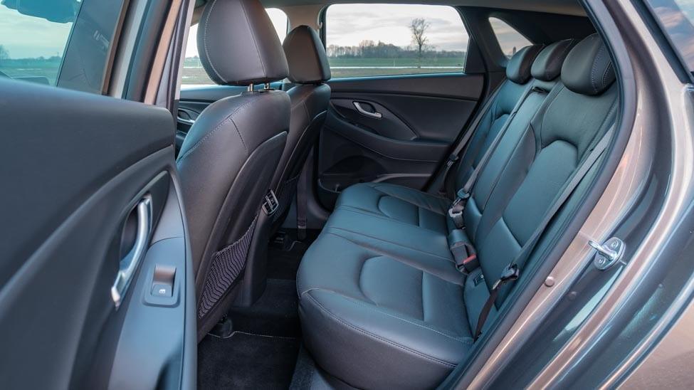 2021 Hyundai i30 achterbank en beenruimte