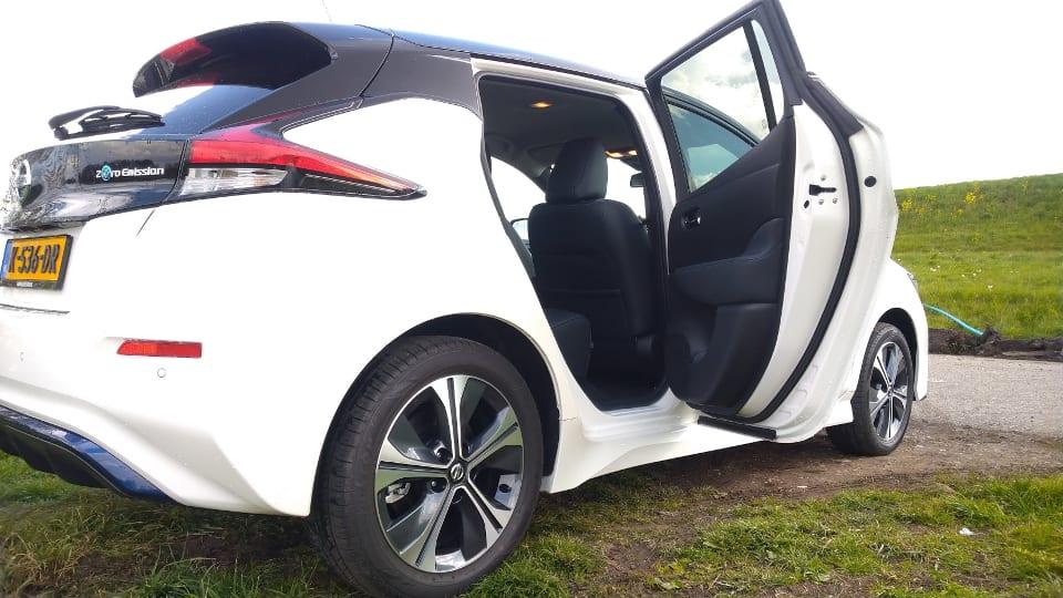 Rechtsachter Nissan Leaf, geopende achterdeur
