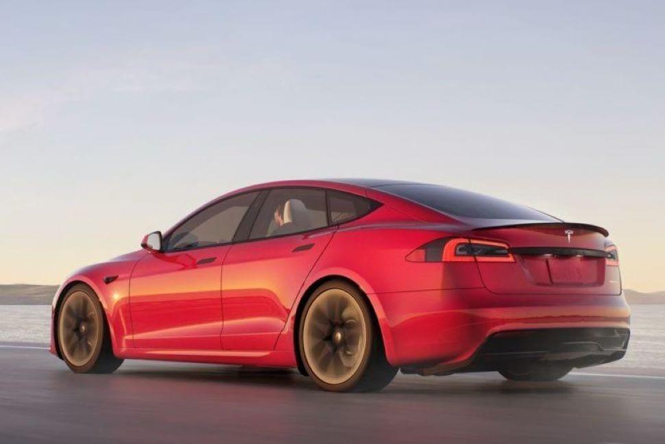 De agressieve achterkant van een rode Tesla Model S Plaid
