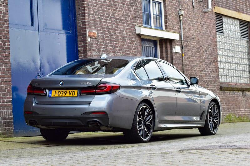 De achterkant van de gefacelifte BMW 5 Serie