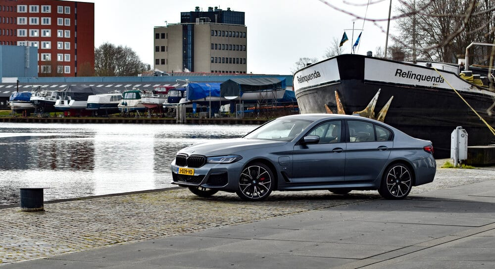 BMW 530e aan de kade