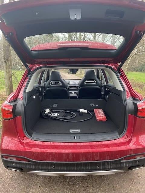 kofferbak met laadkabel, neergeklapte achterbank