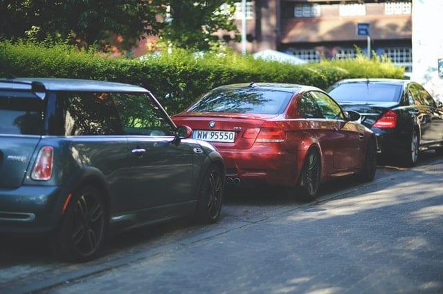 geparkeerde Duitse auto's MINI BMW Mercedes