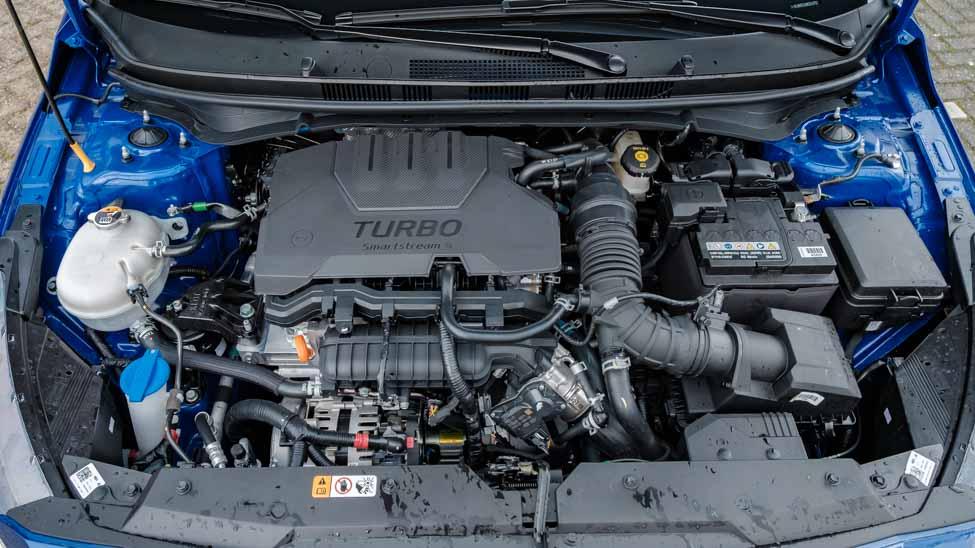 de driecilindermotor van de i20 met turbo en hybridesysteem