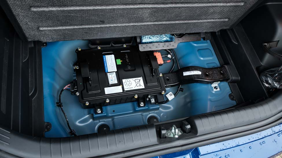 hybride accu onder de laadvloer in de kofferbak