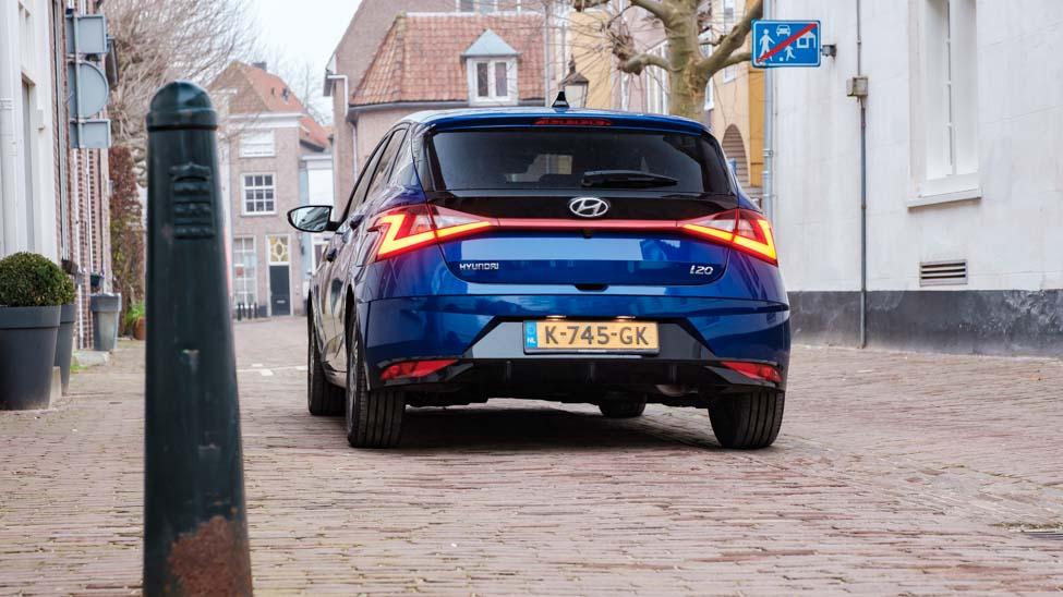 Hyundai i20 achterkant in de stad geparkeerd