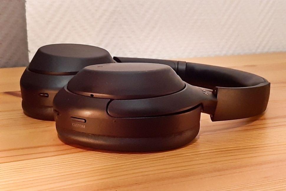 Zijaanzicht Sony WH-1000XM4, op houten ondergrond
