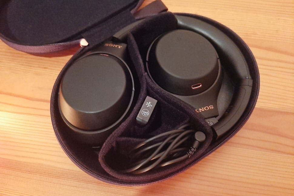Sony WH-1000XM4 in opberghoes, houten ondergrond