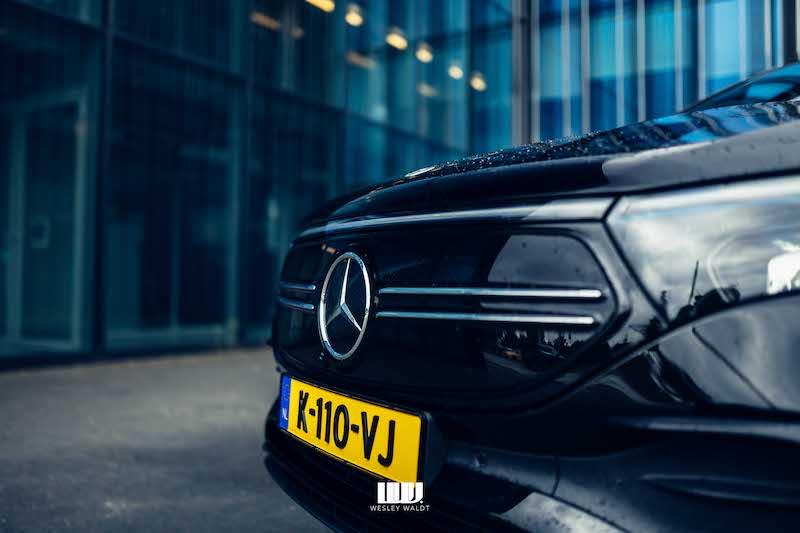 Front grille Mercedes-Benz EQA, groot Mercedes logo, glazen pui op de achtergrond