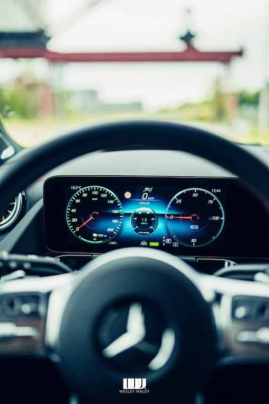 display Mercedes-Benz EQA, digitaal scherm, snelheidsmeter met analoge klokken