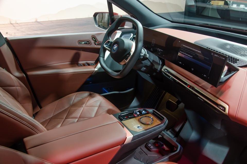 Bestuurdersstoel BMW iX, iDrive curved display, cognackleurig interieur, zeshoekig stuur