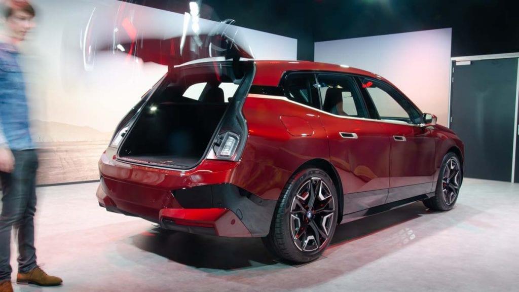Rechterachterzijde BMW iX, openslaande achterklep, bagageruimte