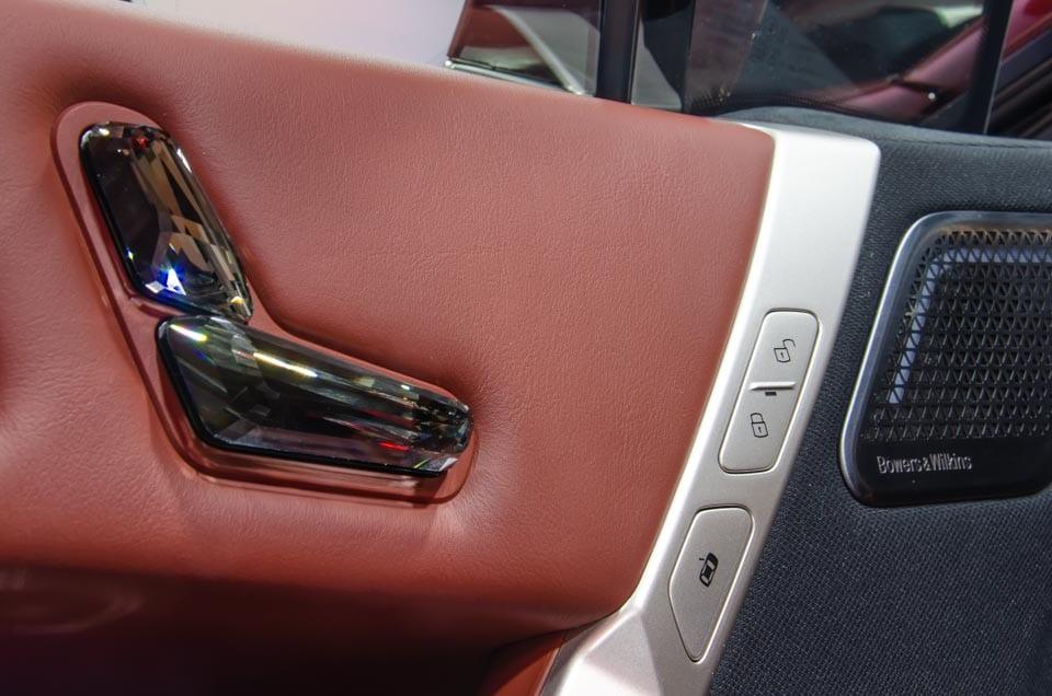 Doorzichtige knoppen stoelverstelling en vergrendelknoppen BMW iX, Bowers & Wilkins speaker