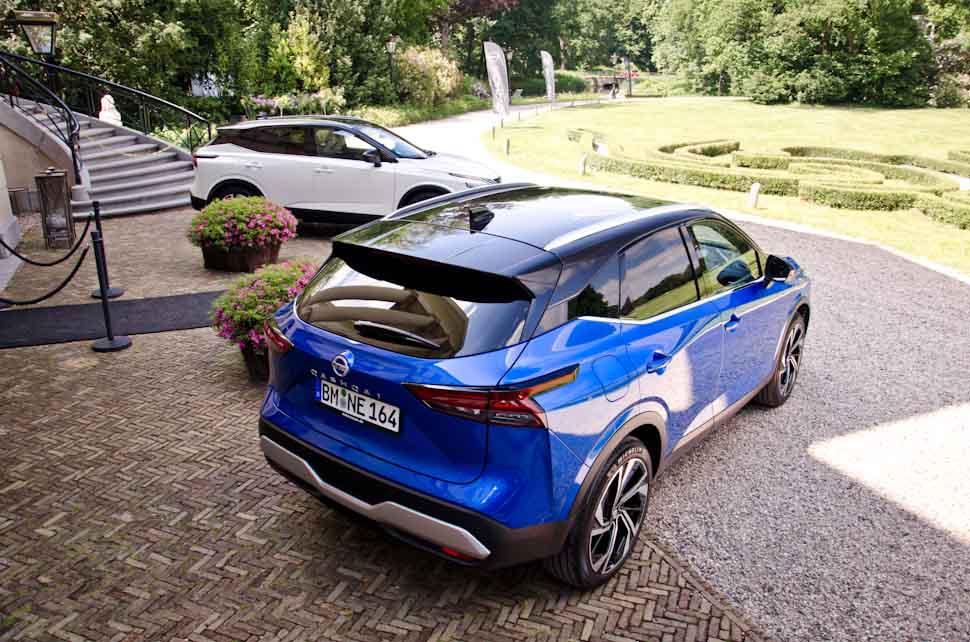 Rechter achterzijde Nissan Qashqai, blauwe auto met zwart dak, two tone lak