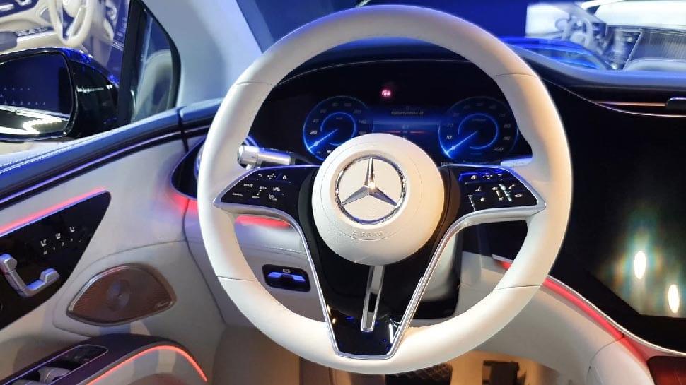Stuur Mercedes EQS Edition One, met hyperscreen en ambilight in het interieur