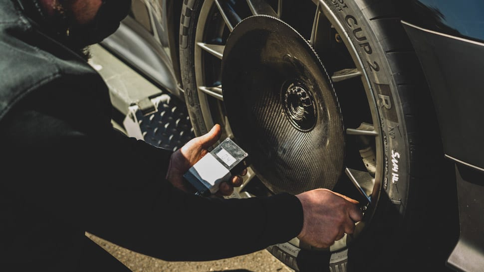 Achterwiel Porsche 911 GT2 RS met Manthey Racing aerodisc, carbon, koolstofvezel, centerlock. Michelin Pilot Sport Cup 2, bandenspanning checken