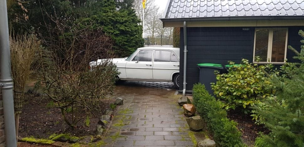 De Mercedes wordt te pas en te onpas gerepareerd